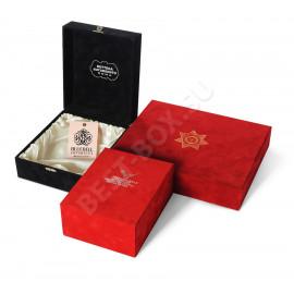 Эти подарочные коробки выглядят необычайно благородно благодаря сочетанию бархатной фактуры поверхности и атласному блеску драпировки ложемента. Отличный выбор для компаний мирового уровня!