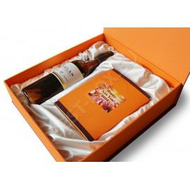 Большая подарочная коробка-шкатулка для набора из напитка и шоколада. Оформлена в единой цветовой гамме с содержимым. На внутренней части крышки – тиснение золотой фольгой. Ложемент драпирован белой атласной тканью.