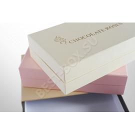 Набор упаковок для сладостей, выполненный в нежных пастельных тонах. Крышка украшена изящным тиснением с надписью и логотипом.